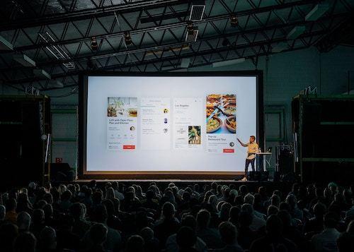 comunicare un evento in corso creando contenuti