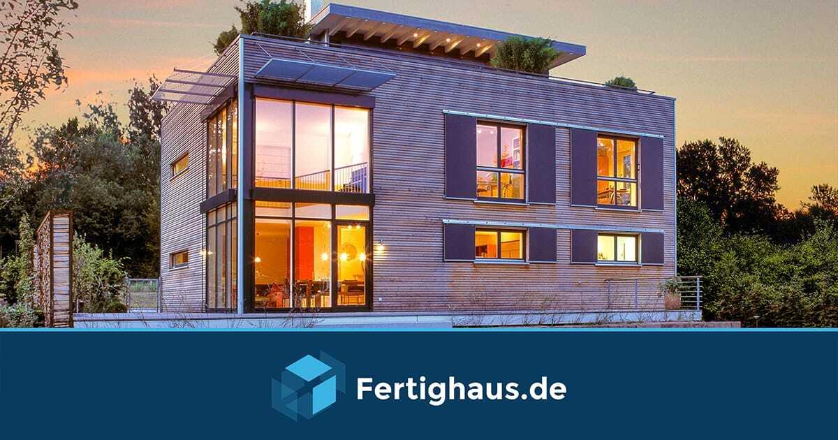 Fertighaus aus Holz, rechteckig, mit bodentiefen Fenstern und zwei Etagen.